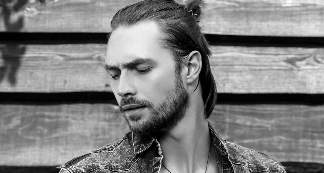 długie włosy męskie jak dbać